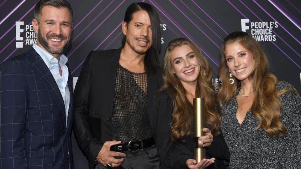 Jochen Schropp (l-r), Jorge González, Anna Klinski und Cathy Hummels nach der Verleihung des People's Choice Award. Foto: Felix Hörhager/dpa