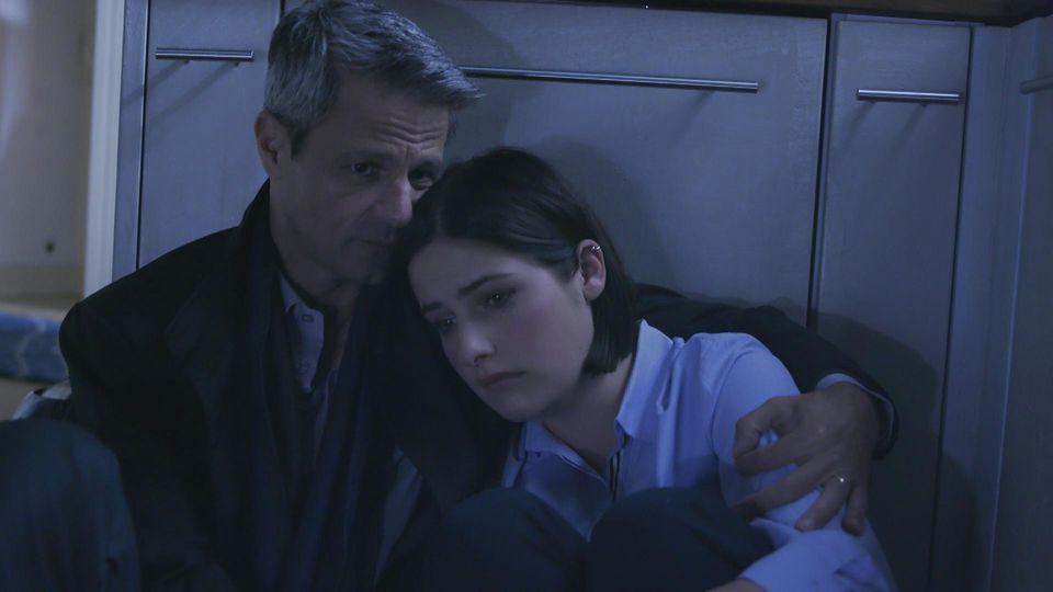 Unter uns: Benedikt hält seine Tochter Larissa im Arm.