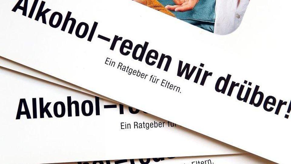 Informationsbroschüren über Alkoholismus. Foto: Jan Woitas/dpa-Zentralbild/dpa/Symbolbild