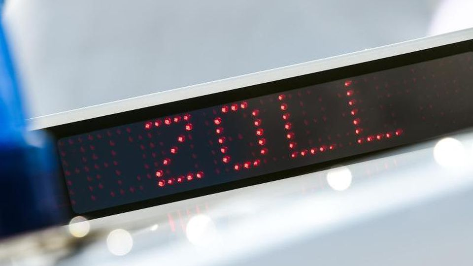 """Schriftzug """"Zoll"""" auf der LED-Anzeige auf dem Dach eines Einsatzfahrzeugs des Zolls. Foto: Christophe Gateau/dpa/Archivbild"""