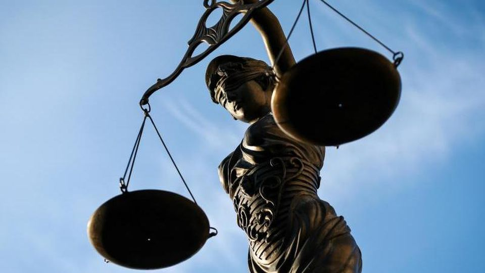 Eine Statue der Justitia hält eine Waage in ihrer Hand. Foto: David Ebener/dpa/Symbolbild