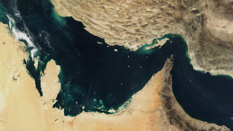 Der Persische Golf, die Straße von Hormus und der Golf von Oman in einer Satellitenaufnahme (undatiert). Der Iran hat mit einer Blockade von Öltransporten im Persischen Golf gedroht, falls die wegen des Atomstreits verhängten Sanktionen gegen das Lan