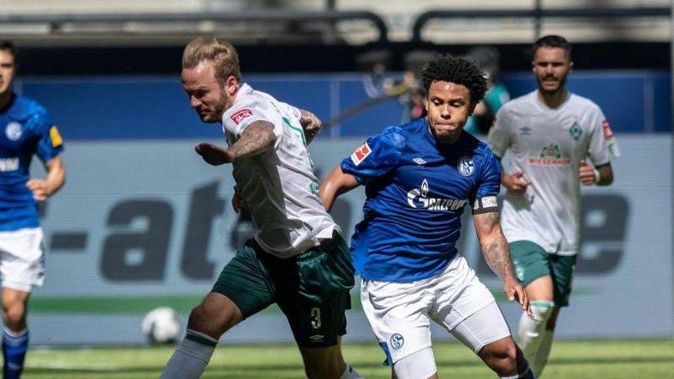"""Schalkes Weston McKennie trägt an seinem linken Arm eine Binde mit dem Schriftzug """"Justice for George"""". Foto: Bernd Thissen/dpa"""