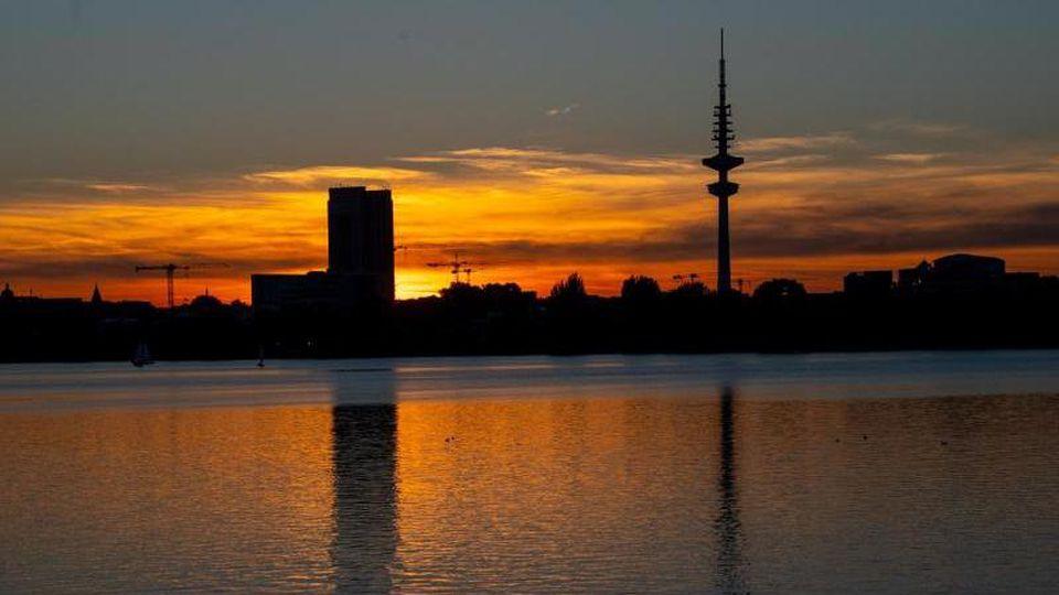 Blick über die Außenalster bei Sonnenuntergang. Foto: Axel Heimken/Archiv