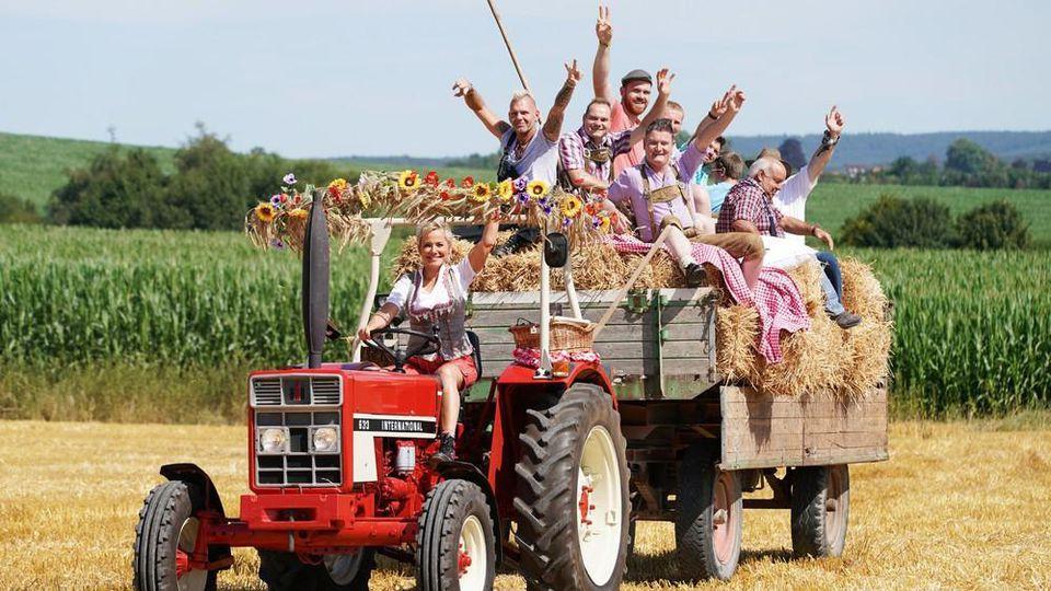 Moderatorin Inka Bause ist mit den neuen Bauern auf dem Traktor unterwegs