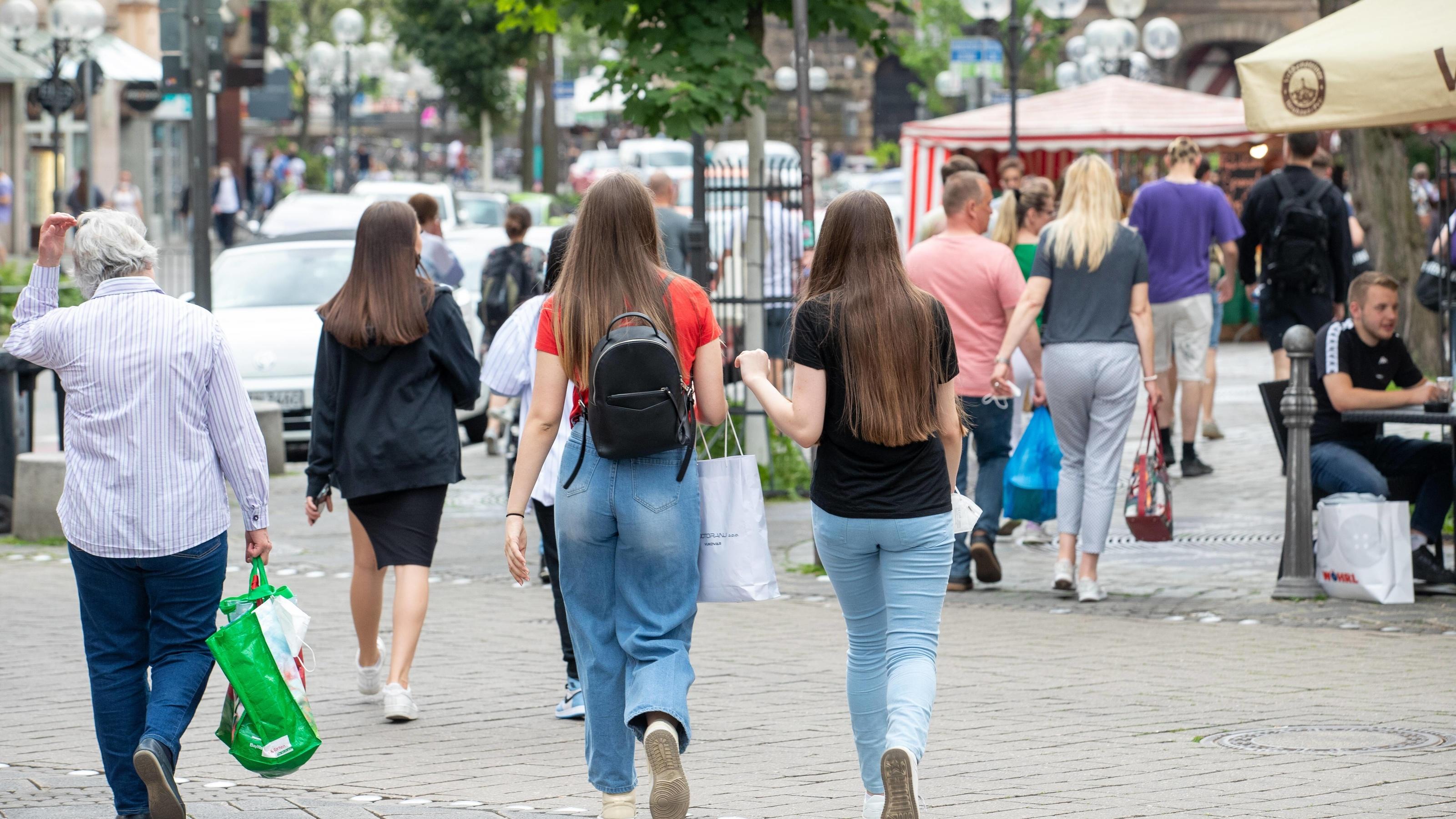 Die Corona-Inzidenzen in Deutschland sinken, die Innenstädte werden wieder belebter.