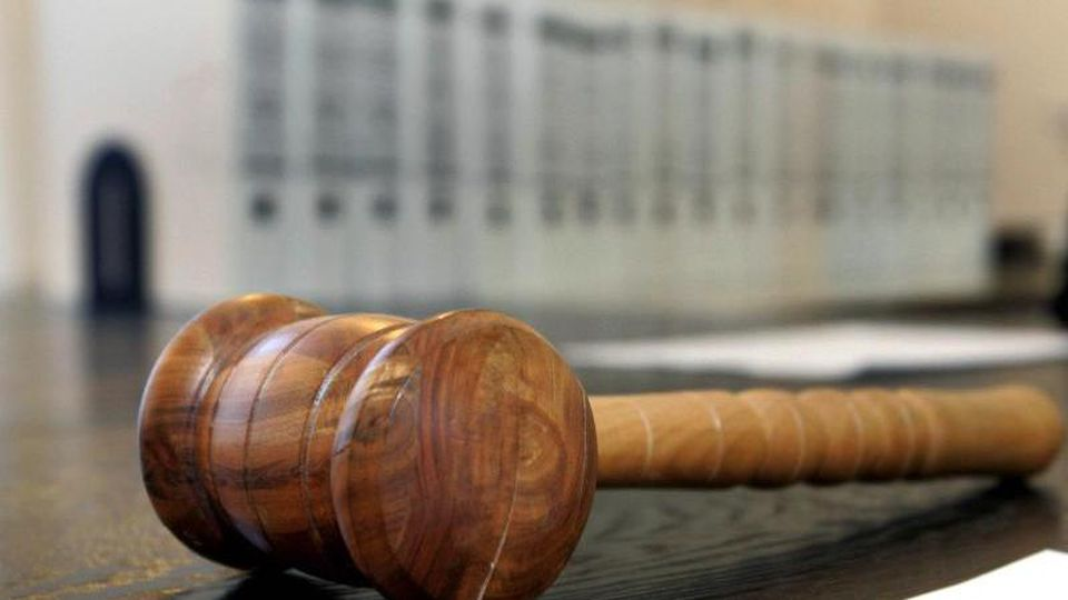 Ein hölzerner Hammer liegt auf der Richterbank in einem Verhandlungssaal. Foto: Uli Deck/dpa/Archivbild