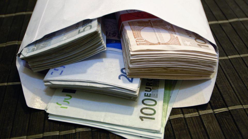 Geld-Übergabe im Briefumschlag
