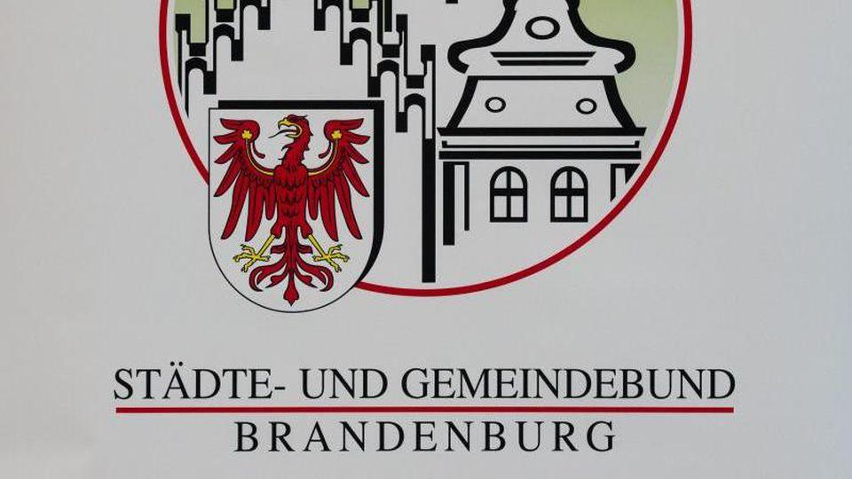 Das Logo vom Städte- und Gemeindebund Brandenburg. Foto: Patrick Pleul/dpa-Zentralbild/dpa/Archivbild
