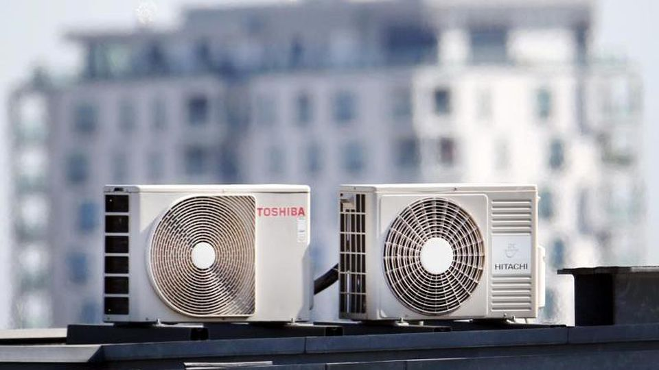 Klimageräte stehen in der Landeshauptstadt auf einem Dach. Foto: Martin Gerten