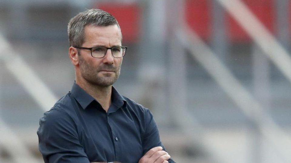 Nürnberger Trainer Michael Wiesinger verfolgt den Spielverlauf. Foto: Daniel Karmann/dpa/Archivbild