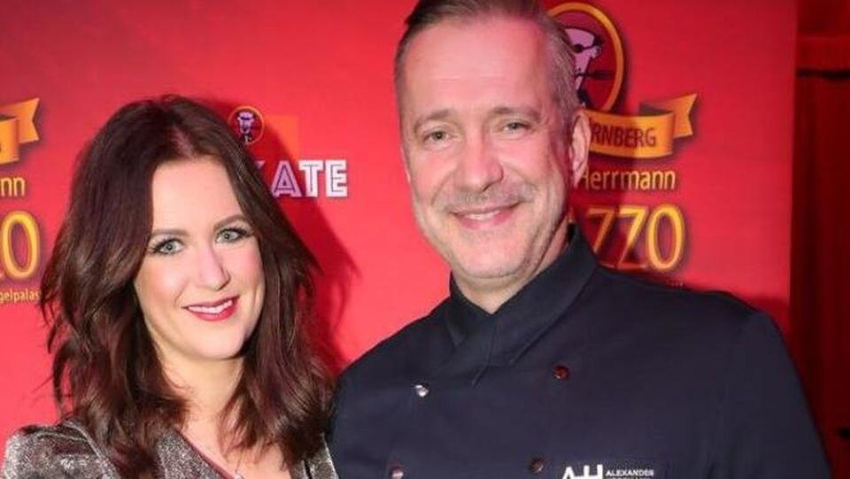 Maxi Friedrichs ist die neue Frau an der Seite von TV-Koch Alexander Herrmann. Im silbernen Glitzerkleid hat sie ihn zur Premiere seines Show-Dinners begleitet.
