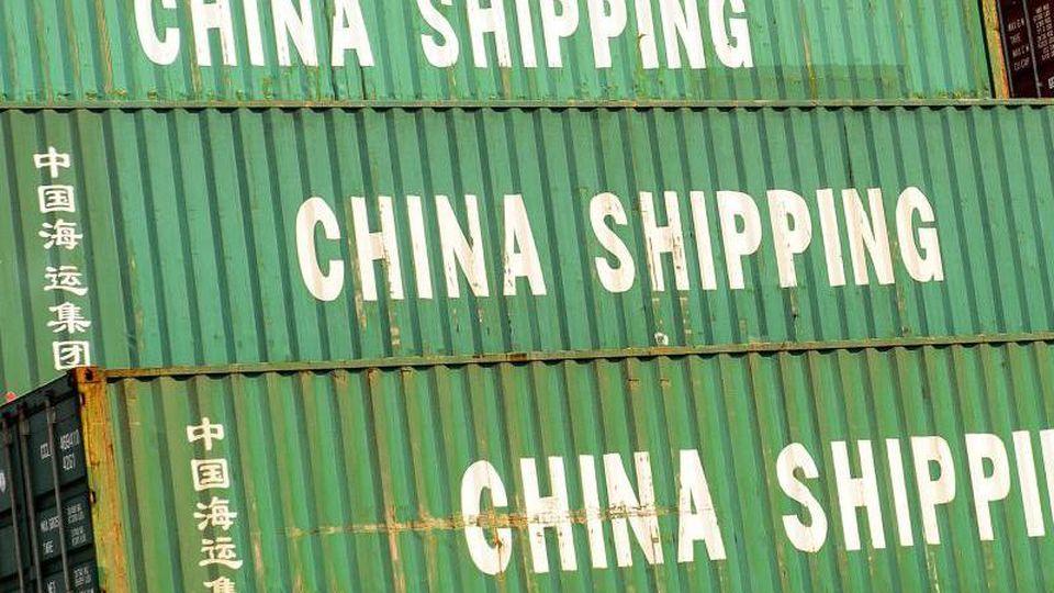"""Container mit der Aufschrift """"China Shipping"""", stehen im Hafen. Trotz der globalen Corona-Krise hat sich Chinas Außenhandel überraschend gut erholt. Foto: Ole Spata/dpa"""