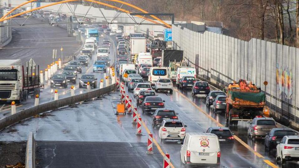 Autos fahren durch eine Baustelle auf der A43. Foto: Marcel Kusch/dpa