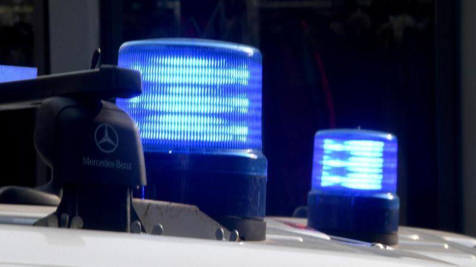 Die Blaulichter sind auf den Dächern von Polizeifahrzeugen zu sehen. Foto: Carsten Rehder/dpa/Symbolbild