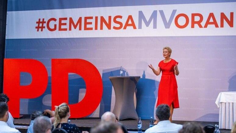 Die Ministerpräsidentin und SPD-Landesvorsitzende von Mecklenburg-Vorpommern Manuela Schwesig spricht vor den Delegierten des Landesparteitags. Foto: Jens Büttner/dpa-Zentralbild/dpa