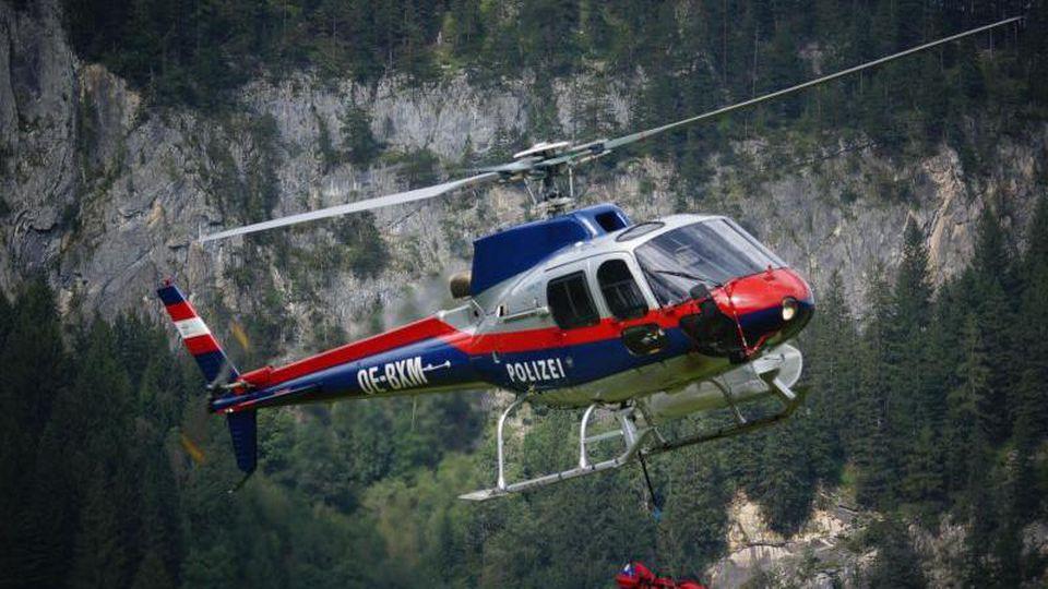 Ein Hubschrauber fliegt einen Verunglückten ins Tal. Foto: Zoom.Tirol/APA/dpa/Symbolbild