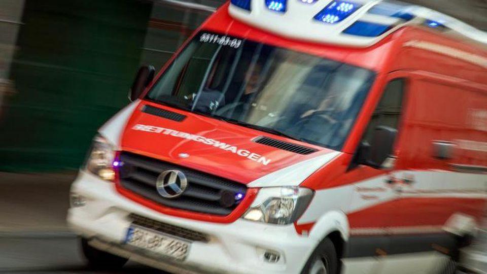 Ein Rettungswagen fährt mit Blaulicht durch die Innenstadt. Foto: Jens Büttner/Archivbild