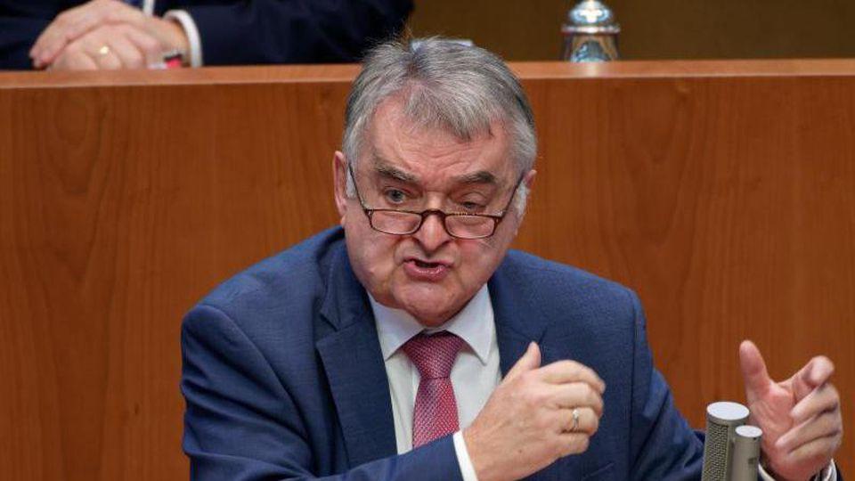 Herbert Reul, Innenminister von Nordrhein-Westfalen (CDU), spricht im Landtag. Foto: Henning Kaiser/dpa/Archivbild