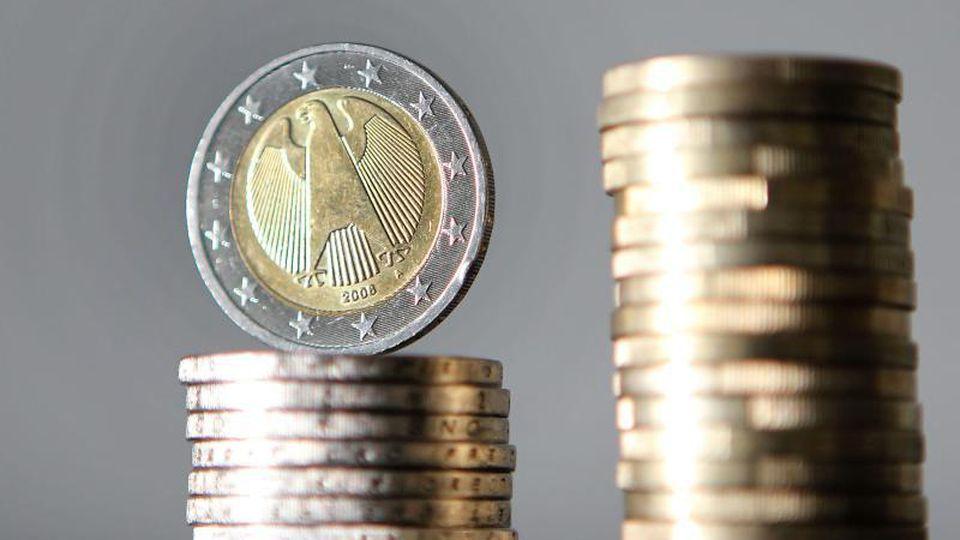 Euro-Münzen sind übereinander gestapelt. Foto: Oliver Berg/dpa/Symbolbild