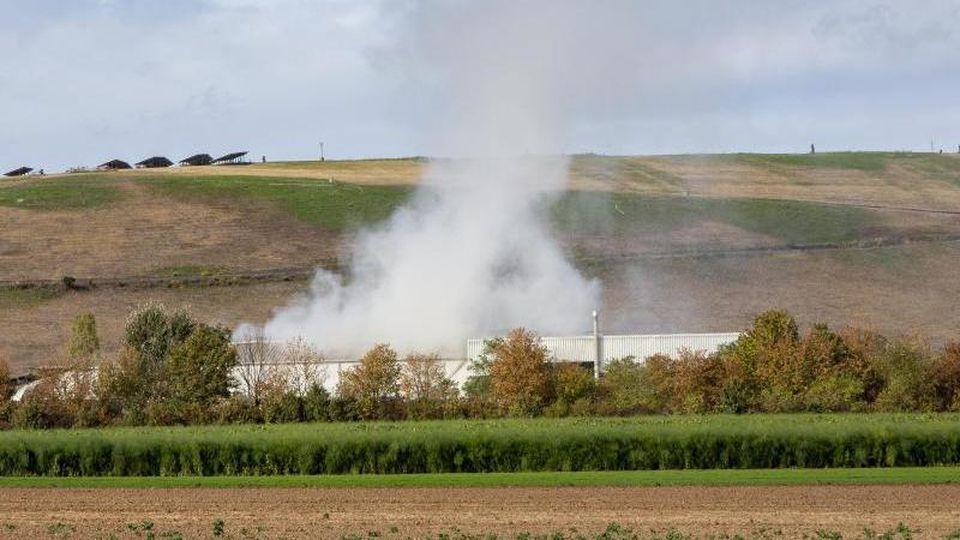 Rauch steigt auf, nachdem ein Feuer auf der Mülldeponie in Heßheim ausgebrochen ist. Foto: Joachim Ackermann/dpa/Archivbild