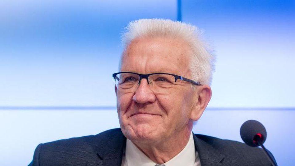 Winfried Kretschmann (Bündnis 90/Die Grünen) spricht bei einer Pressekonferenz. Foto: Christoph Schmidt/dpa/Archivbild