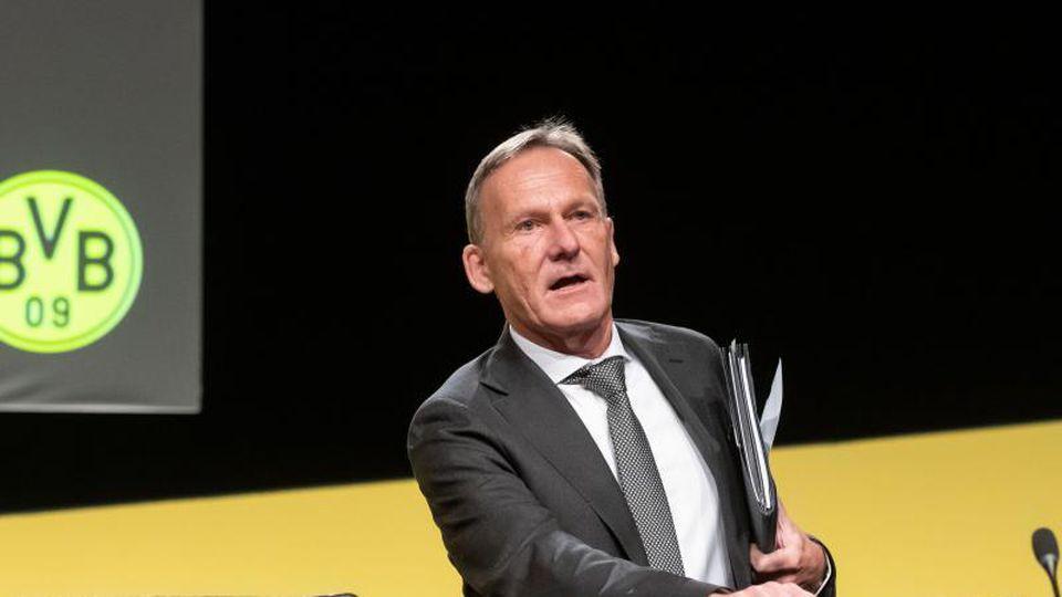 Hans-Joachim Watzke kommt zu seinem Platz auf dem Podium. Foto: Bernd Thissen/dpa/Archivbild