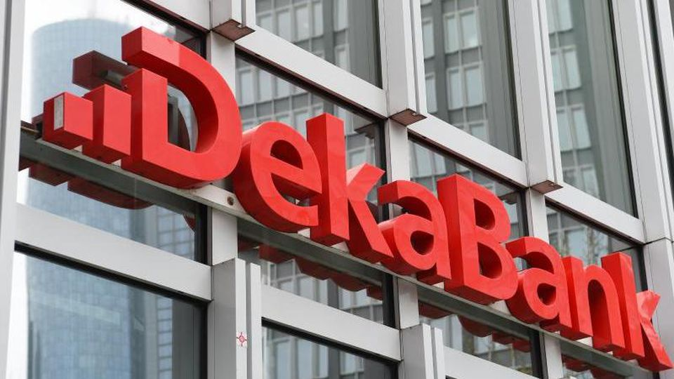 Der Dekabank-Schriftzug an der Außenfassade des Trianon-Hochhauses. Foto: Arne Dedert/dpa/Archivbild