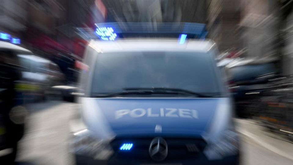 Polizeiwagen mit Blaulicht. Foto: Carsten Rehder/Archiv