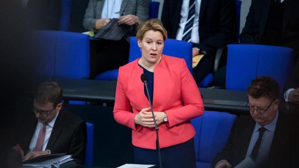 Franziska Giffey (SPD), Bundesfamilienministerin, spricht im Deutschen Bundestag. Foto: Bernd von Jutrczenka/dpa/Archivbild