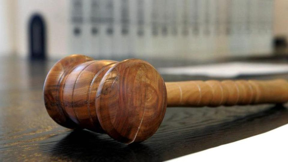 Ein hölzerner Hammer liegt auf der Richterbank in einem Verhandlungssaal des Landgerichts. Foto: Uli Deck/Archiv