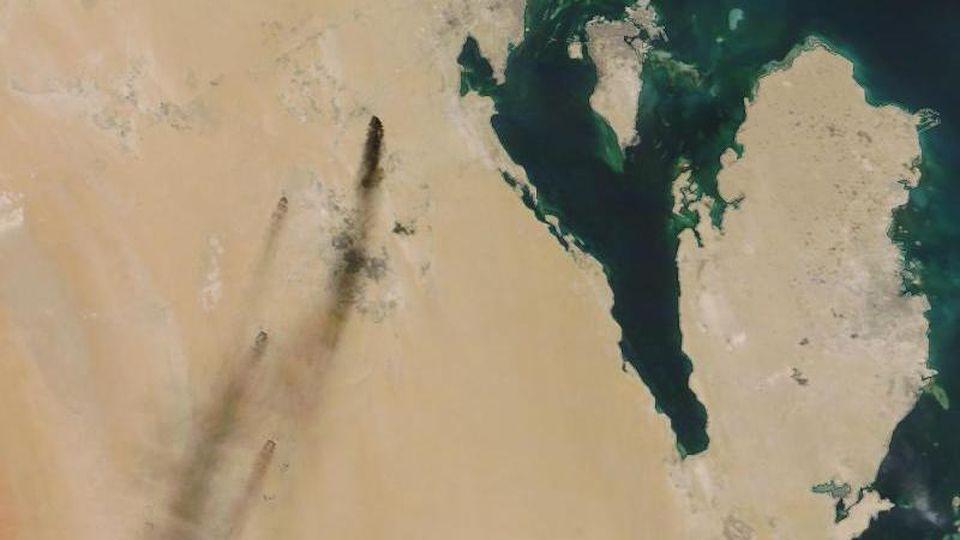 Das Satellitenbild zeigt am 14.09.2019 die aus Ölfeldern aufsteigenden Rauchwolken. Foto:NASA Worldview/AP