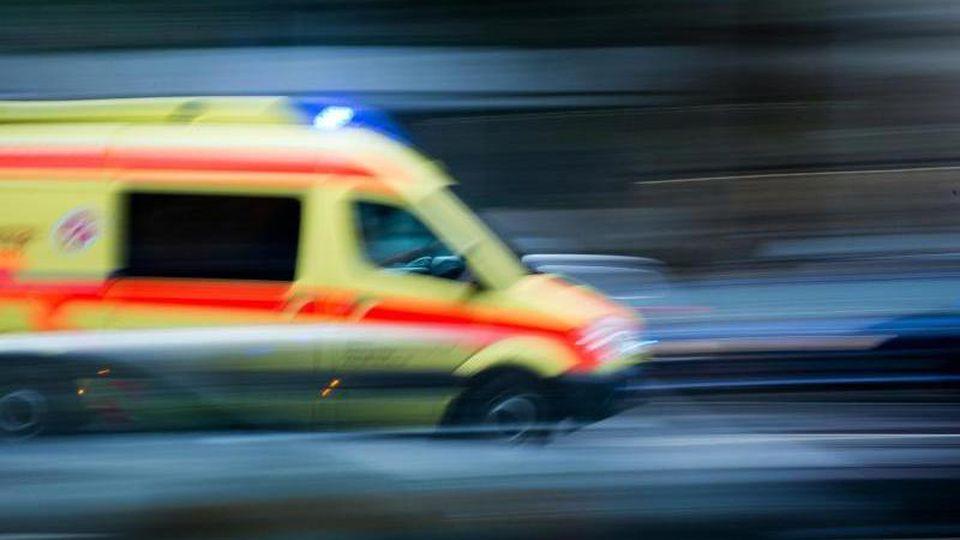 Ein Krankenwagen fährt mit Blaulicht bei einem Einsatz über die Straße. Foto: Arno Burgi/dpa-Zentralbild/dpa/Archivbild
