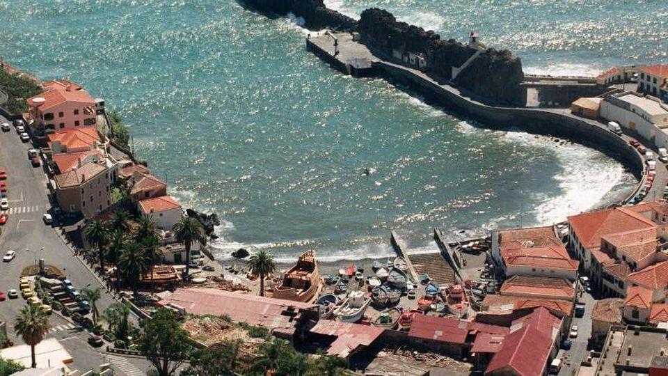 Bucht im Fischerort Camara de Lobos: Die Atlantikinsel Madeira zieht jedes Jahr etwa 1,3 Millionen Urlauber an. Foto: Jens Kalaene