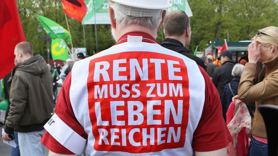 ARCHIV - ILLUSTRATION - «Rente muss zum Leben reichen» steht auf dem Rücken eines Demonstranten, der am 01.05.2013 in Berlin an der Kundgebung des Deutschen Gewerkschaftsbundes DGB teilnimmt. Foto: Stephanie Pilick/dpa (zu dpa «Arbeitsmarktforscher g