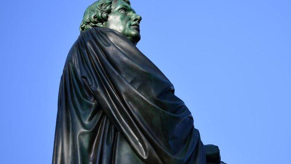 Eine Bronzefigur von Martin Luther steht im Heylshofpark in Worms. Foto: picture alliance/Uwe Anspach/dpa/Archivbild
