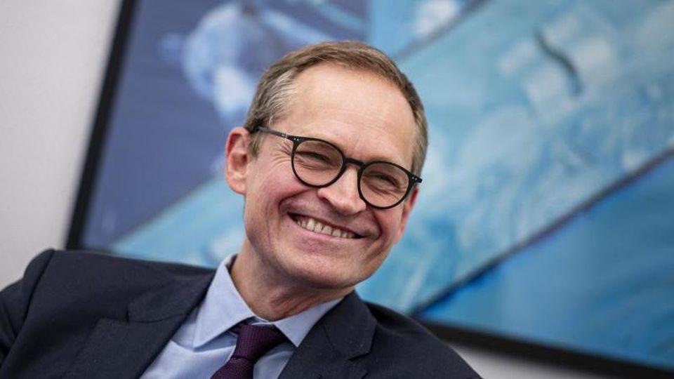 Michael Müller (SPD), Regierender Bürgermeister von Berlin, spricht in seinem Büro. Foto: Fabian Sommer/dpa