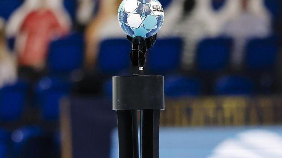 Der Champions-League-Spielball liegt vor dem Spiel auf einem Podest. Foto: Frank Molter/dpa/Archivbild