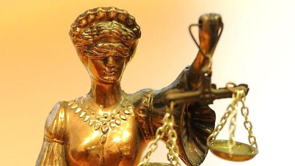 Justitia im Landesarbeitsgericht Berlin-Brandenburg. Foto: Britta Pedersen/Archiv