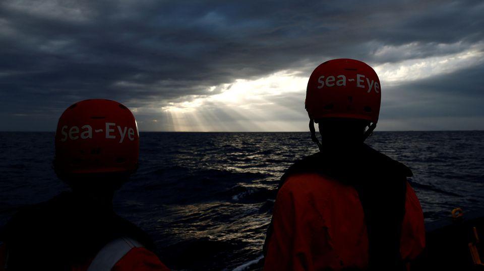 """Crew-Mitglieder auf dem deutschen Rettungsschiff """"Alan Kurdi"""" im Mittelmeer."""