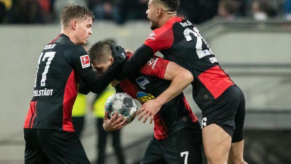 Gefühlter Sieg: Herthas Spieler feiern das 3:3 in Düsseldorf wie einen Dreier. Foto: Bernd Thissen/dpa