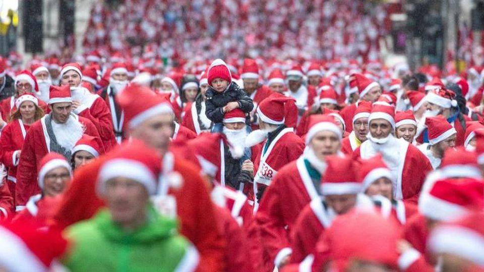 "Teilnehmer des ""Santa Dashs"" in Glasgow. Foto: Jane Barlow/PA Wire/dpa"