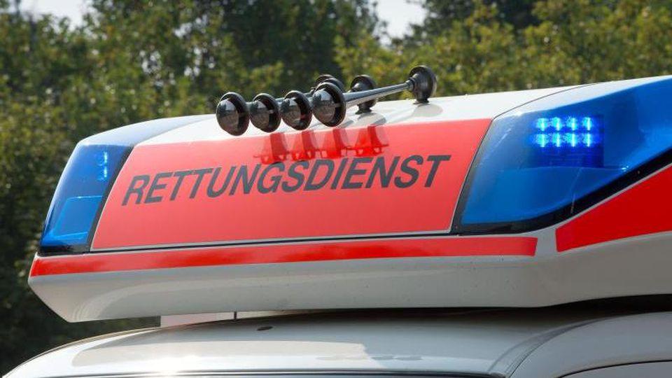 Blaulicht leuchtet auf dem Dach eines Rettungsdienstautos.Foto: Soeren Stache/Archivbild