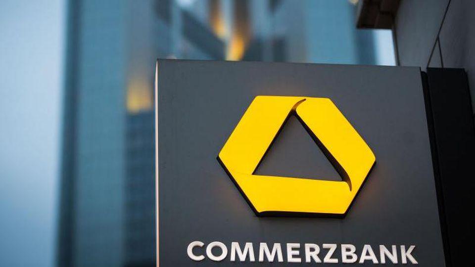 Das Schild einer Commerzbank-Filiale ist nahe der Zentrale der Commerzbank zu sehen. Foto: Frank Rumpenhorst/dpa/Archivbild