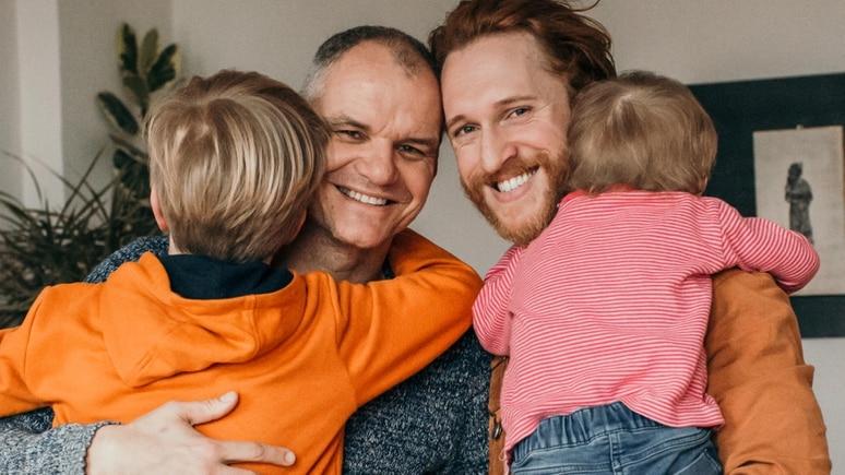 """René und Kevin Silvergieter Hoogstad bloggen als """"Papapi"""" über ihren Alltag als Regenbogenfamilie."""