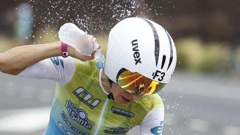 Anne Haug kühlt sich während der Ironman-WM auf Hawaii mit Wasser. Foto: Marco Garcia/AP/dpa/Archivbild