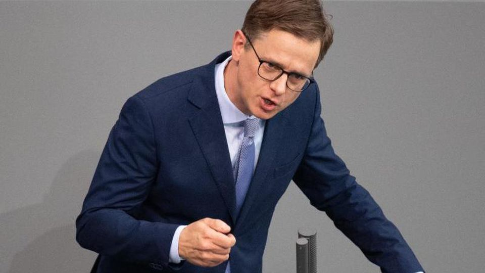 Carsten Linnemann (CDU), stellvertretender Vorsitzende der Unionsfraktion im Bundestag, spricht bei einer Plenarsitzung. Foto: Dorothée Barth/dpa/Archivbild