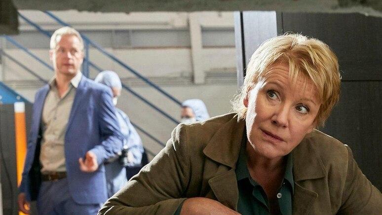 """""""Marie Brand und der Duft des Todes"""": Jürgen Simmel (Hinnerk Schönemann) und Marie Brand (Mariele Millowitsch) besichtigen den Tatort."""