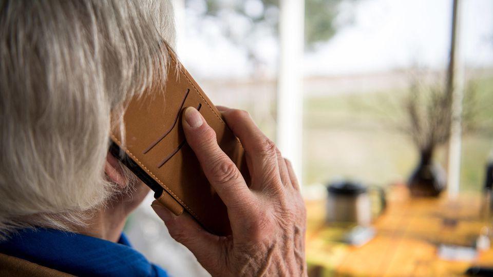 Vor allem ältere Menschen werden häufig Opfer von Trickbetrügern am Telefon