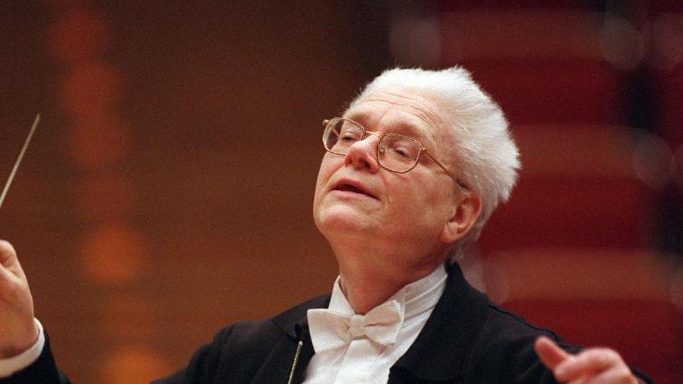 Hans Zender, deutscher Dirigent und Komponist, während einer Aufführung. Foto: Hermann Wöstmann/dpa/picture-alliance /dpa/Archivbild